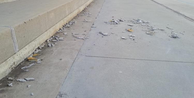 Les restes d'amiant que van caura al pati de l'escola Teresa Claramunt | Cedida