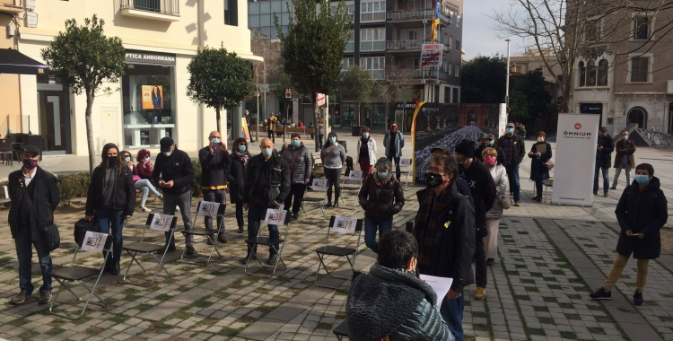 Els concentrats han recreat amb cadires els nom dels encausats locals   Ràdio Sabadell