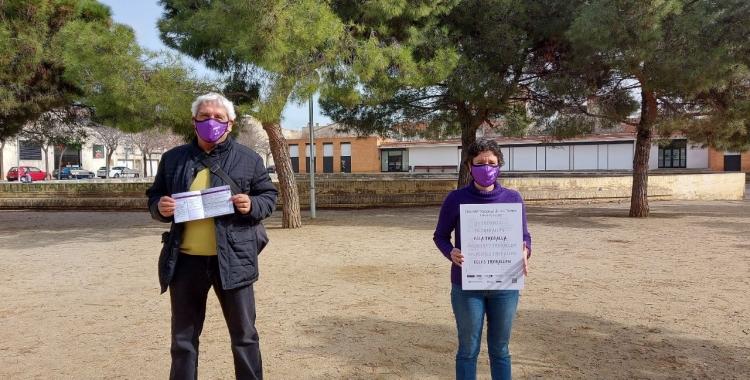 Morell i un integrant de la Taula d'Igualtat de Gènere, a la plaça del Treball/ Karen Madrid