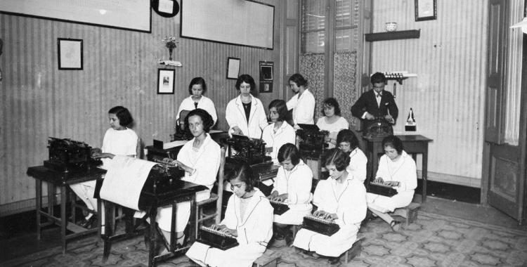 Aula de mecanografia de l'Acadèmia. Dècada de 1920 | Autor desconegut/AHS