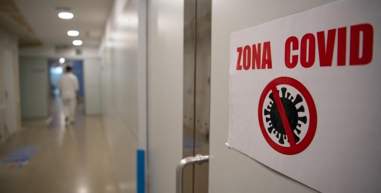 Un senyal de 'zona Covid' a les Urgències del Taulí/ Roger Benet