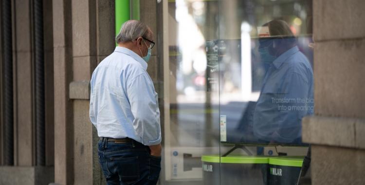 Un home mirant un aparador/ Roger Benet