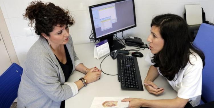 Una pacient d'endometriosi, a la consulta mèdica/ ACN
