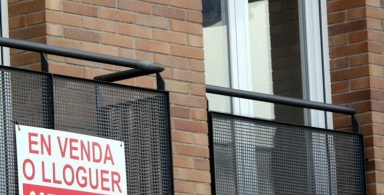 Un cartell de pis en venda a la ciutat/ Arxiu