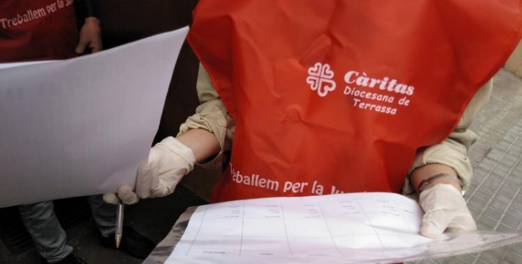 Una voluntària de Càritas durant l'Operació Fred/ Càritas Diocesana de Terrassa