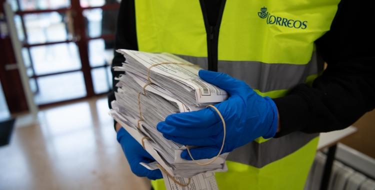 Un treballador de Correus portant el vot per a les Eleccions del 14-F | Roger Benet