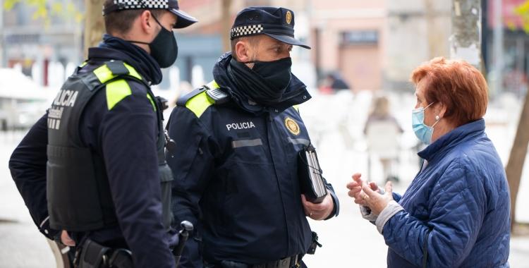 Dos agents de la nova Divisió de Policia de Districte   Roger Benet