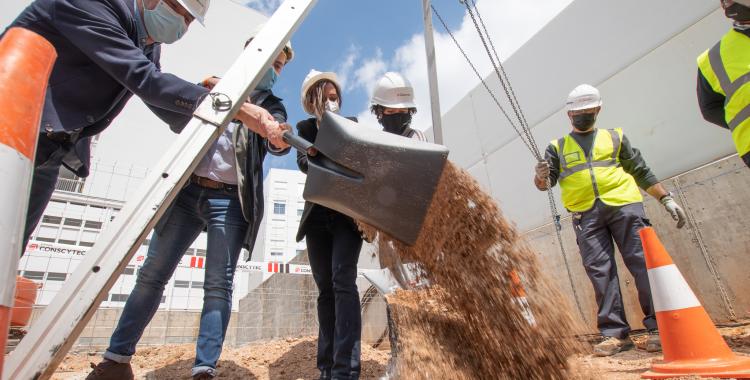 Marta Farrés i el seu equip, posant la primera pedra de la nova promoció/ Roger Benet
