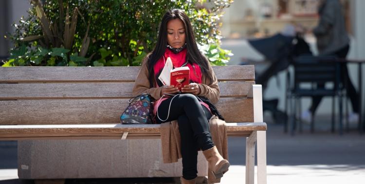 Una lectora aprofita el bon temps d'ahir per llegir | Roger Benet