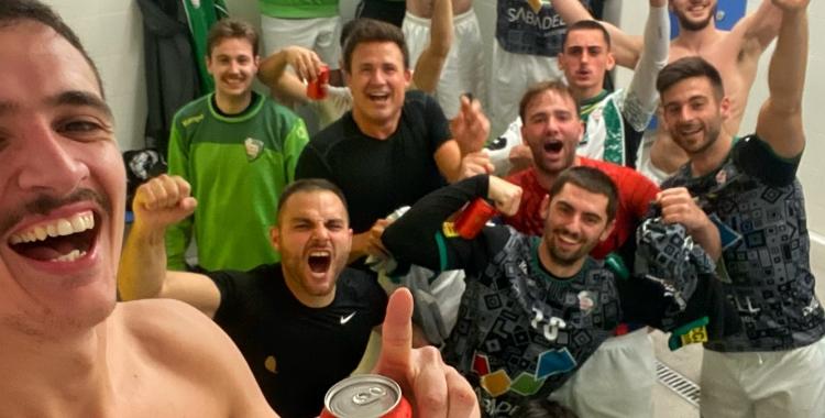 Alegria desfermada en el vestidor del Gràcia després de la victòria d'ahir a Granollers   OAR Gràcia