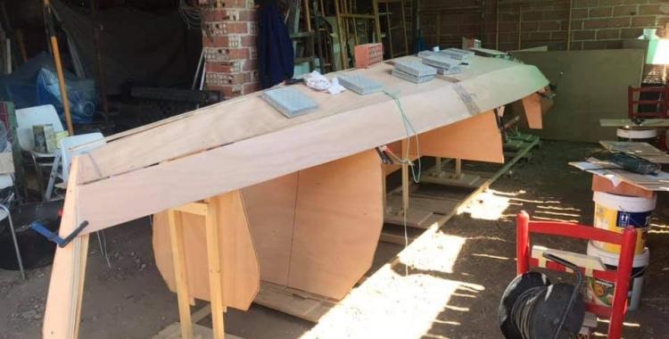 David Barreiro construint la seva embarcació   Cedida