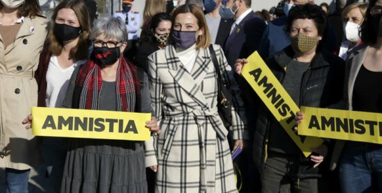 Carme Forcadell rep mostres de suport a l'arribada a l'Arxiu Nacional de Catalunya, el passat 23 de març   ACN