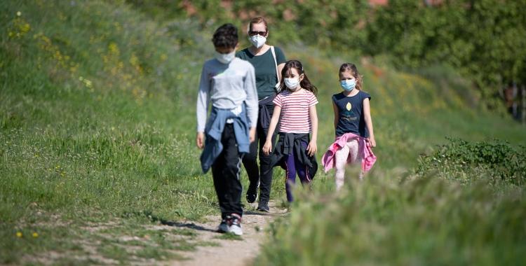 Una família portant mascareta a l'aire lliure | Roger Benet