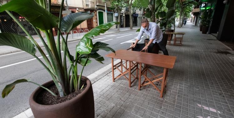 Un restaurador habilitant una terrassa a l'avinguda Onze de Setembre   Roger Benet