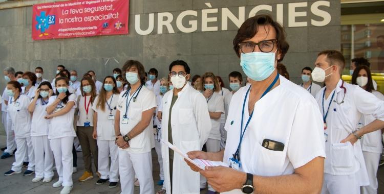 Gilberto Alonso i els professionals d'Urgències que s'han concentrat avui a les portes del Taulí | Roger Benet