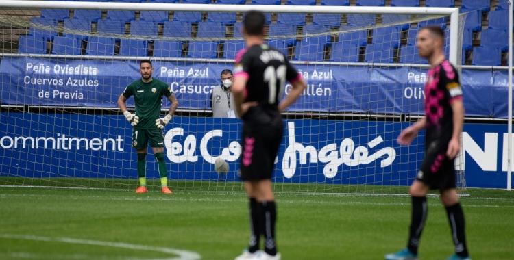 Ian Mackay mira els seus companys després de rebre el segon gol | Roger Benet