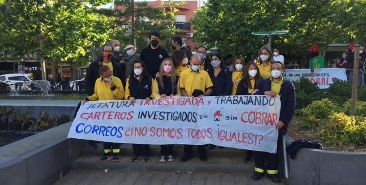 Els vaguistes amb la pancarta aquesta tarda | Ràdio Sabadell
