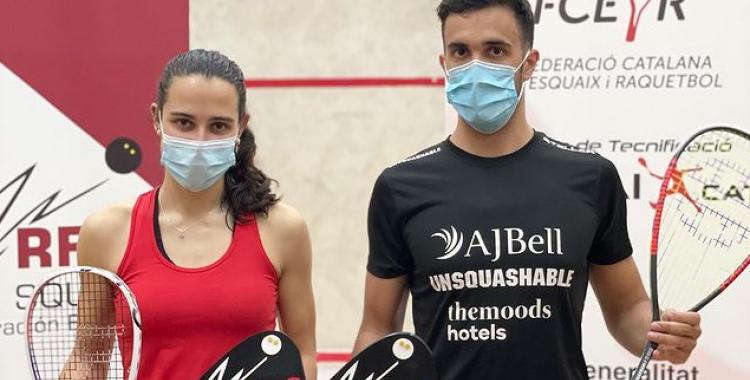 Iker Pajares lluint el trofeu al costat de Marta Domínguez, la guanyadora en categoria femenina |  rfesquash
