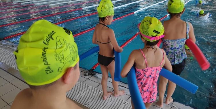 600 infants de la ciutat aprenen a nedar gràcies a la represa del programa 'Els Primers a l'Aigua'   Pau Duran