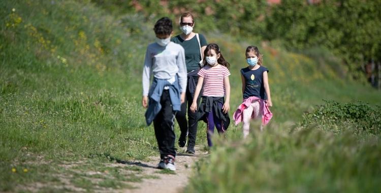 Una família passeja pel Parc Catalunya amb la mascareta posada   Roger Benet