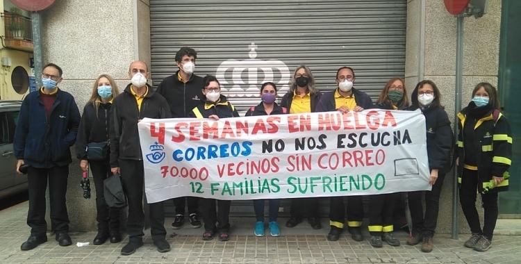 Els treballadors de la UR4 de Correus durant una de les protestes   Arxiu