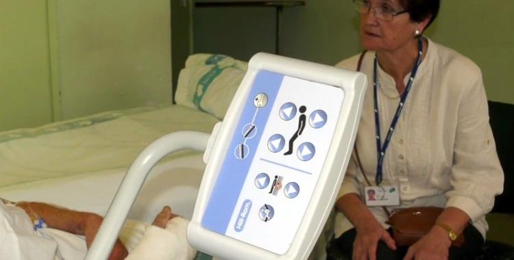 Una voluntària del Taulí, acompanyant un pacient/ Arxiu