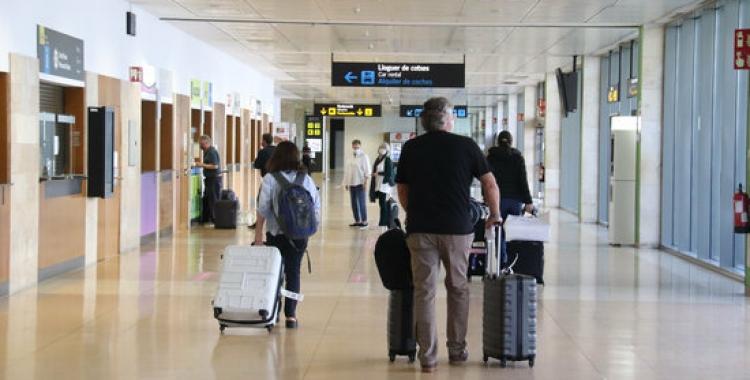 Viatgers a l'aeroport de Girona   ACN