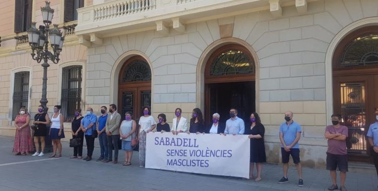 El minut de silenci a les portes de l'Ajuntament de Sabadell | Raquel García