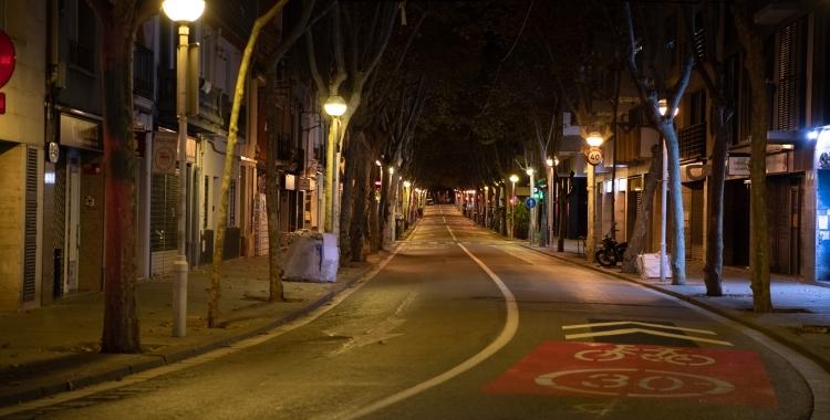 Imatge d'un carrer buit durant el toc de queda a Sabadell   Roger Benet