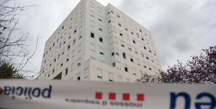 L'edifici desallotjat, perimetrat pels Mossos d'Esquadra/ Roger Benet