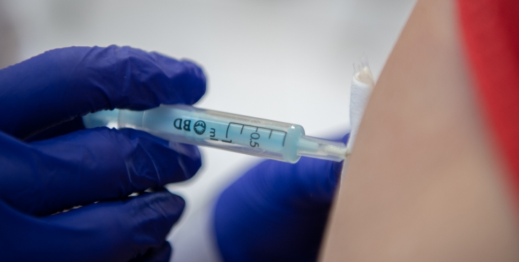 Vacunació d'un sabadellenc/ Roger Benet