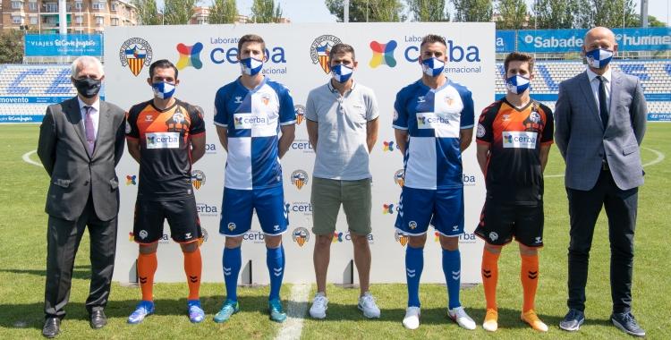 Els quatre capitans presenten el nou sponsor a la samarreta arlequinada   Roger Benet
