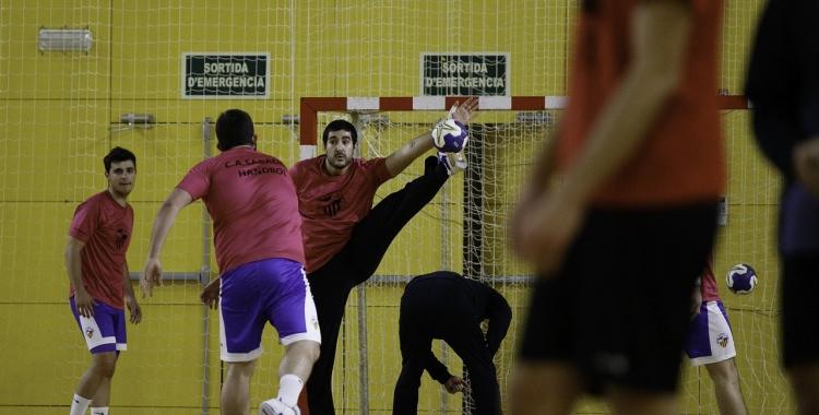 Imatge d'arxiu d'un entrenament del Creu Alta Sabadell Handbol   CASHandbol