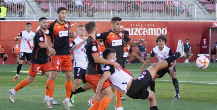 La defensa del Centre d'Esports va concedir poques oportunitats al rival | J.A. López - ElSevillista