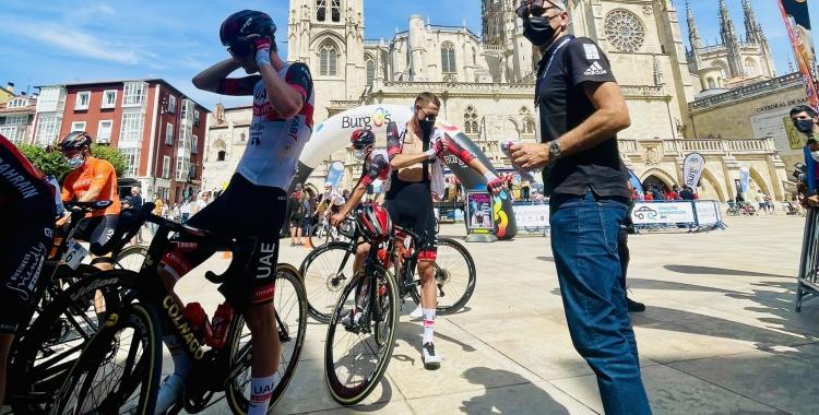De La Cruz preparant-se amb l'equip UAE Emirates abans d'iniciar la Vuelta a Burgos | @BisoBus