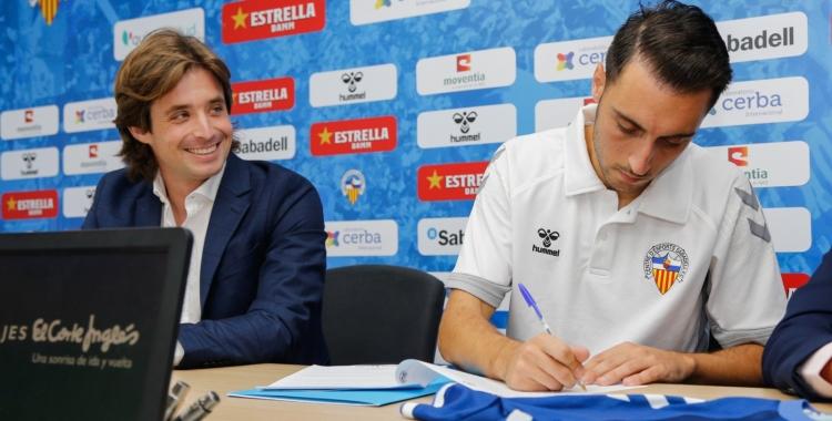 Jose Manzanera i Sergio Aguza durant la signatura del contracte   CES