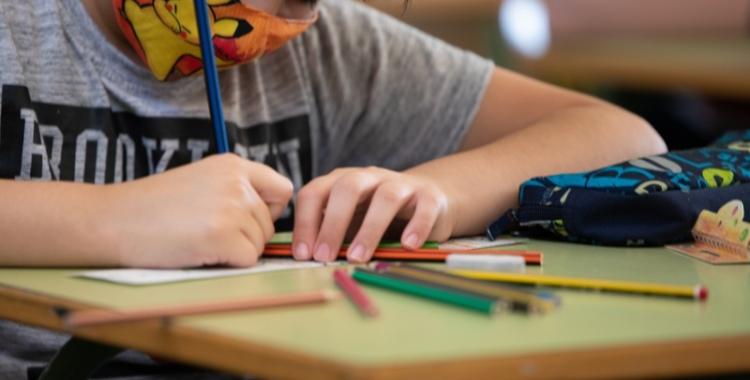Imatge d'un escolar treballant a classe   Roger Benet