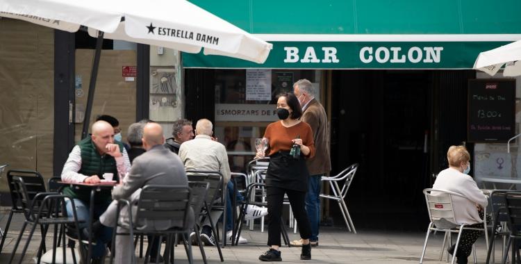 Una cambrera al Bar Colon   Roger Benet