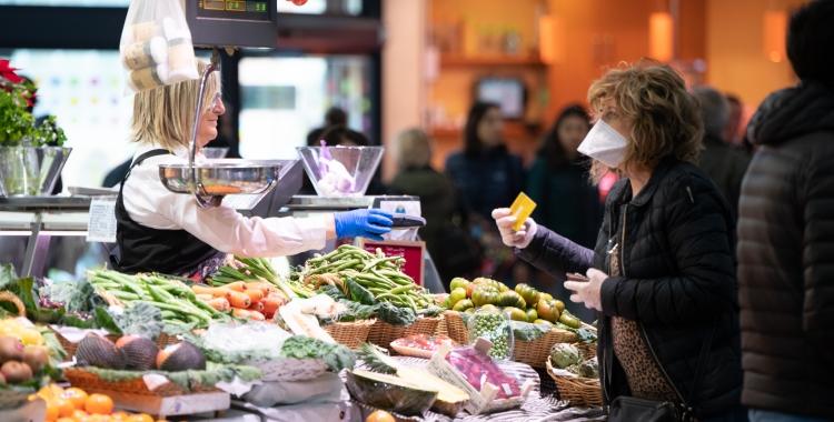 Una persona comprant al Mercat Central | Roger Benet