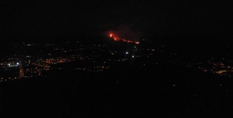Imatge del volcà Cubre Vieja en erupció   Cedida