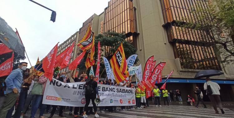 Els treballadors de BS, protstant davant la seu de l'entitat | Pere Gallifa