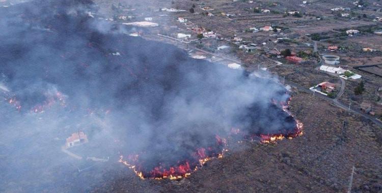 Imatge panoràmica de la lava avançant sobre l'illa de La Palma   112 Canàries