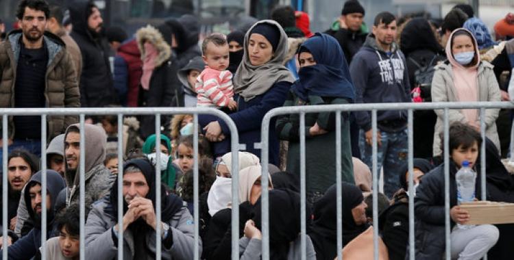 Refugiats i migrants al port de Mytilene, a l'illa de Lesbos, Grècia, el 4 de març del 2020   Reuters