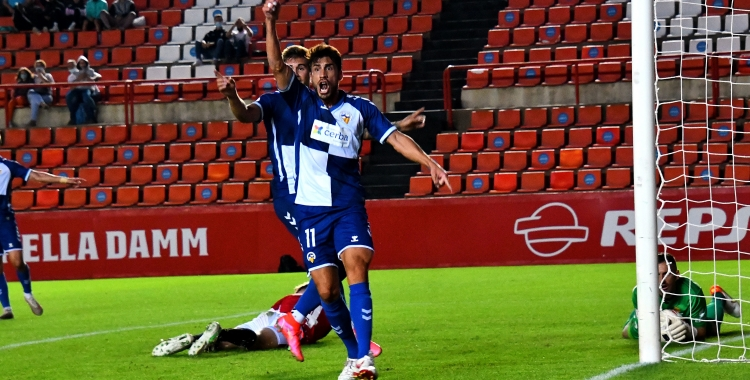 Néstor, reclamant el gol fantasma al Nou Estadi   Críspulo Díaz