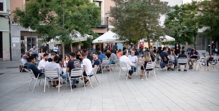 Una terrassa plena de gent   Roger Benet