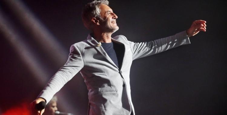 Sergio Dalma durant un concert   www.sergiodalma.es
