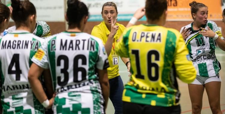 Carol Carmona, donant instruccions a les seves jugadores | Èric Altimis - OAR Gràcia