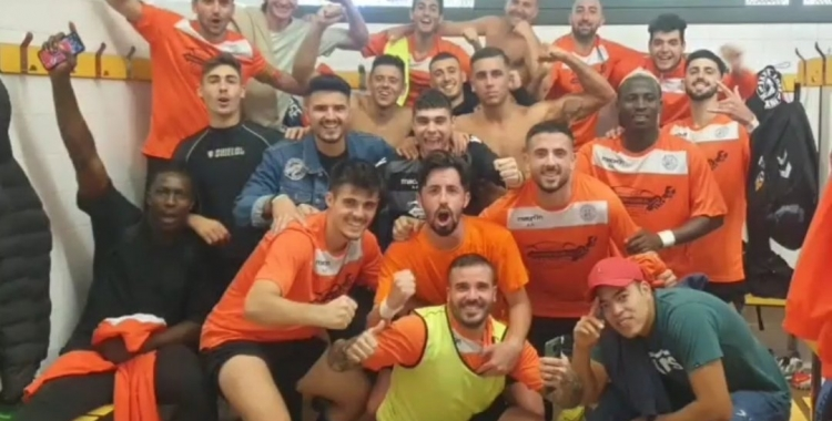 Els jugadors de la Sabadellenca celebrant la victòria al vestuari | Cedida