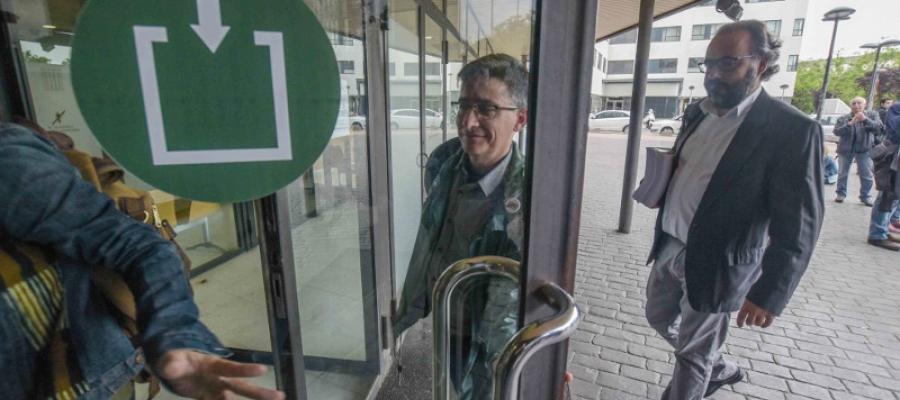 El regidor Lluís Perarnau entrant als jutjats | Roger Benet