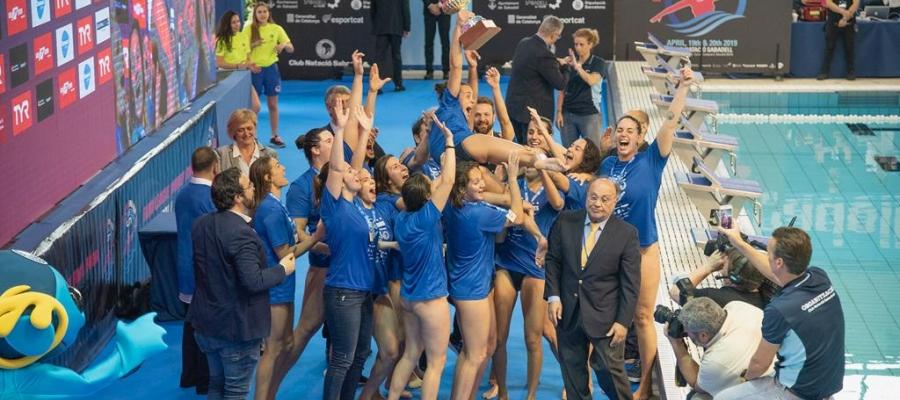 Moment en què les jugadores de l'Astralpool aixecaven el trofeu | Roger Benet